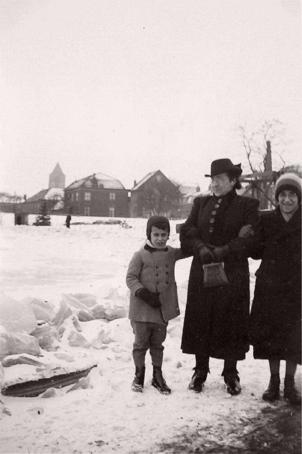 Loekie, Robbie en hun moeder Henriëtte bij de dichtgevroren Waal (Foto: privécollectie B. Polak)